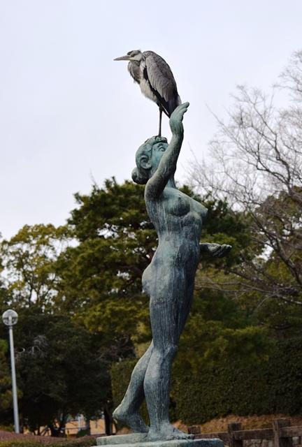 アオサギ城西公園像に乗るweb