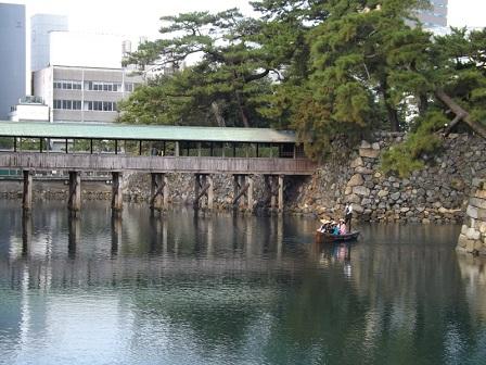131鞘橋(廊下橋)と遊覧船