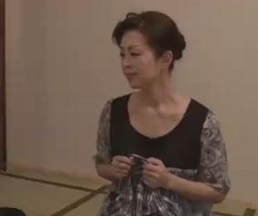 (ヒトヅマムービー)高齢人妻☆孫の上司に完熟まんこを責められ絶頂する
