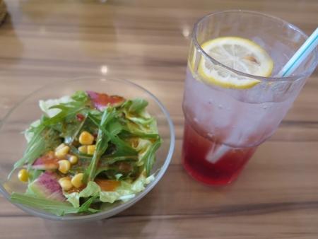 サラダとラズベリーソーダ