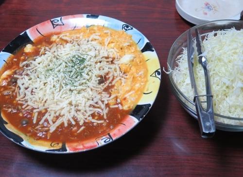 とろとろチーズオムレツにトマトソース