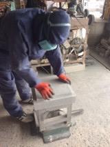 社長石を削る2