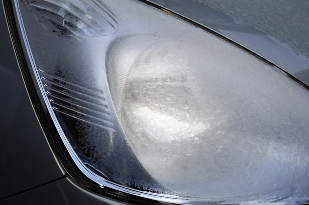 車のライトが凍ってました