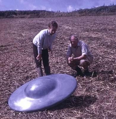 畑で円盤を見る親子