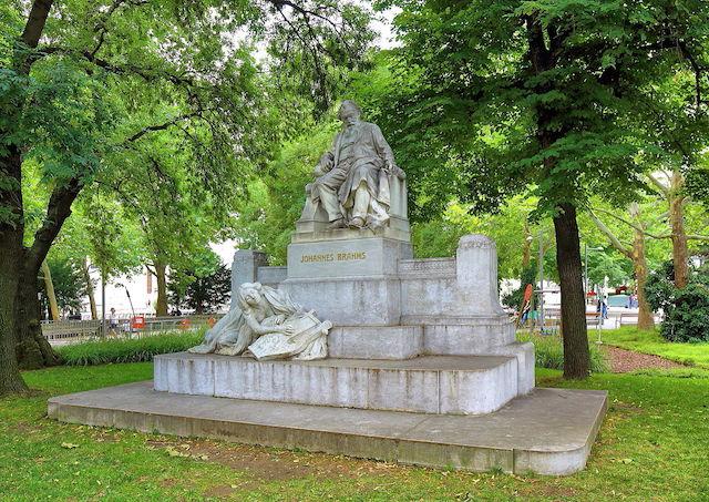 Wien_-_Johannes-Brahms-Denkmal,_Karlsplatz