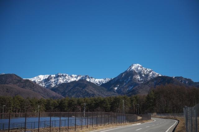 ソーラーパネルとフェンス・・・八ヶ岳ブルー