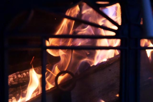 薪ストーブ燃焼の炎-03