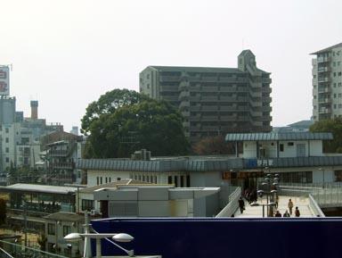 JR伊丹駅と忠魂碑遠望