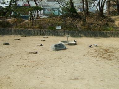 礎石群と井戸跡