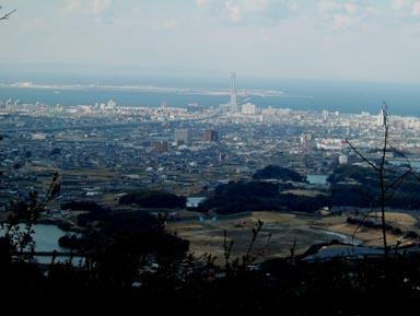 雨山城から関空を見る