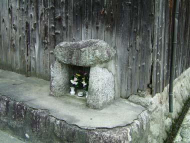 門の下にある石仏