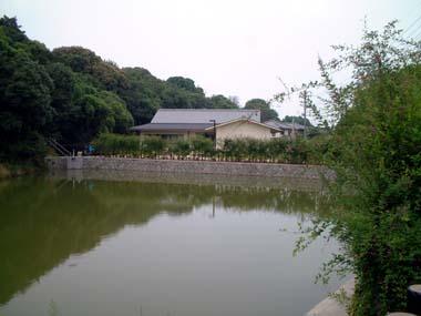 聖神社の鏡池とねずみ坂
