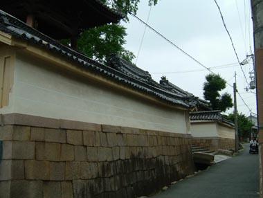 私部城郭跡に建つ寺