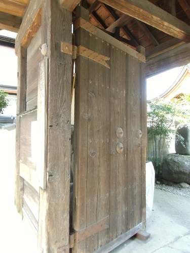 梵行寺山門門扉(移築された高擶陣屋表門)
