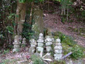 殿の墓と石塔