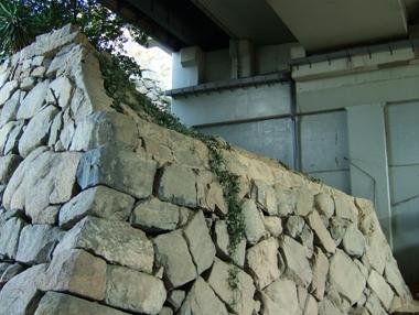 JRガード下の天守台石垣