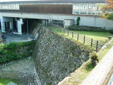 天守台石垣が新幹線ガード下へ