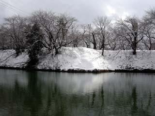 雪の山形城二の丸の堀と土塁