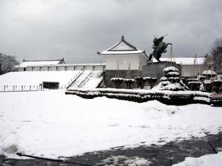 雪の山形城二の丸東大手門と最上義光像