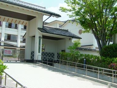 陣屋跡に建つ織田小学校正門