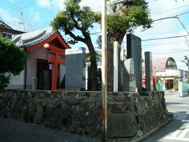 若江城址石碑群と祠