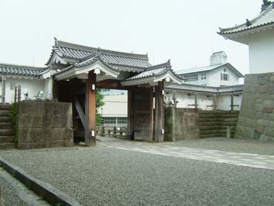 東御門高麗門内側
