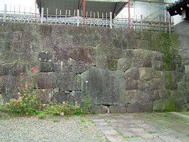 東御門櫓門内の要石
