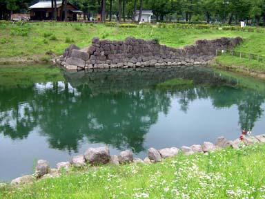 発掘された本丸堀残存石垣