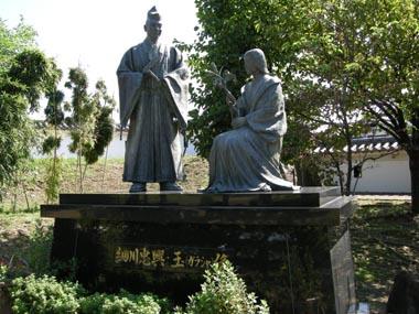 於玉の銅像