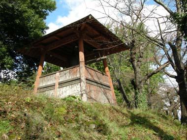上山城本丸跡に建つ鐘楼