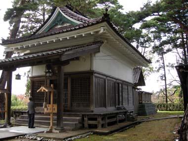 鶴岡城本丸櫓台に建つ護国神社