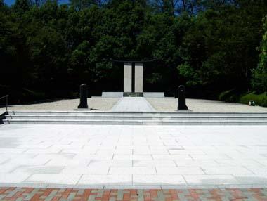 迎賓館庭の「先人の碑」