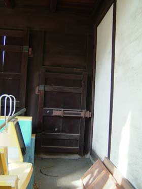 移築門左潜戸内側