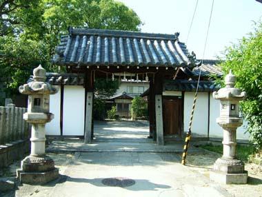 井於神社山門(常楽廃寺移築門)