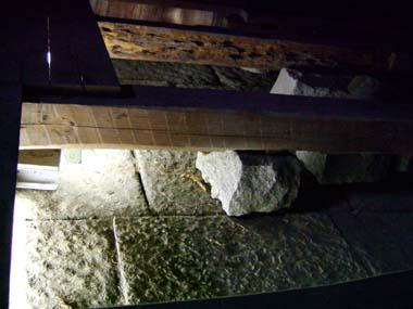 御金蔵床下の石畳
