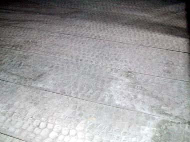 六番櫓内部床材(手斧の痕)
