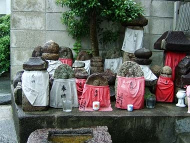 地蔵堂に集められた石仏や五輪塔