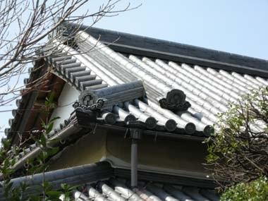 金乗寺庫裏の屋根瓦に残る三つ石畳紋