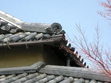金乗寺庫裏の屋根瓦に残る土屋家の三つ石畳紋拡大
