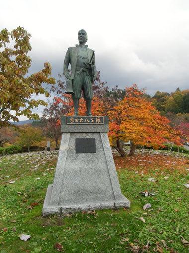 天童城主郭に立つ天童藩家老「吉田大八」銅像