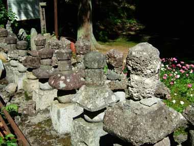 八幡原で戦死した天童氏武将の墓石群