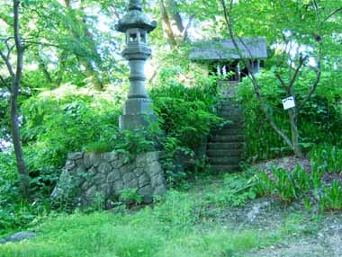 物見櫓台跡に建つ祠