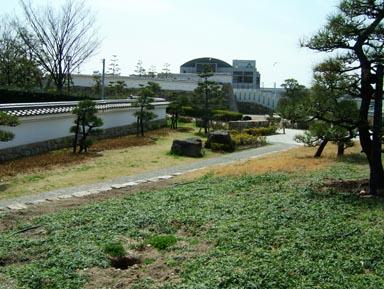 城址公園と図書館