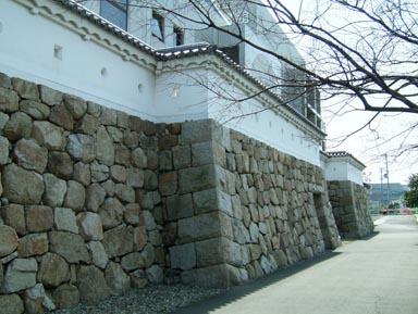 図書館前の石垣