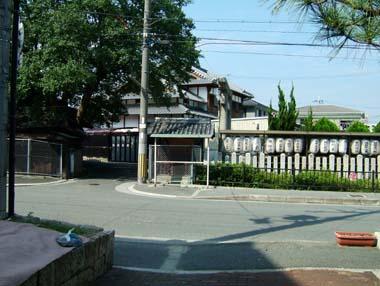 八坂神社入口の高札場