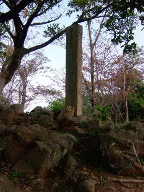 飯盛山上の三好長慶仮埋葬地