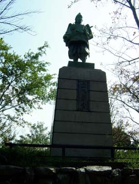 飯盛山上の正行銅像