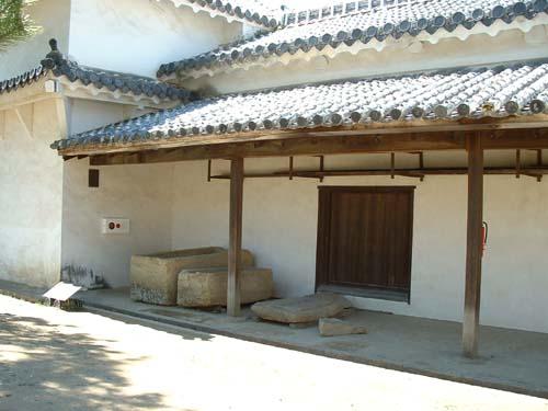 チの櫓脇の転用石棺