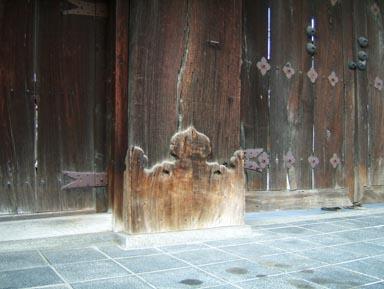 興正寺表門柱根本