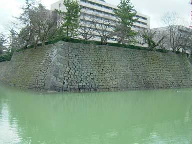 福井城本丸天守台石垣と堀